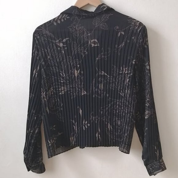 Pleated black long sleeves shirt with Asian print
